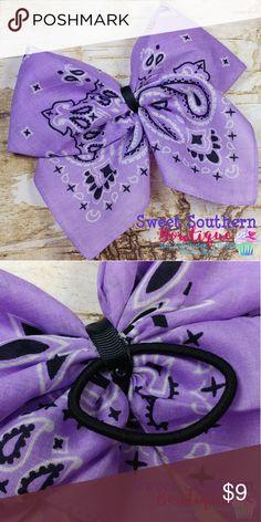 Lavender Bandana Hair Bow Sweet Southern Bowtique Bandana bow, lavender with bla… - Modern Bandana Hair Bows, Bandana Crafts, Diy Hair Bows, Diy Bow, Diy Ribbon, Bandana Hairstyles, Diy Hairstyles, Fabric Crafts, Sewing Crafts