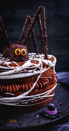 Recette d'Halloween : le gâteau araignée ! #halloween #recette #gâteau Large Crowd, Beauty Routines, Give It To Me, Happy Birthday, Cake, Desserts, Brown Eyes, Holiday Ideas, Fashion Design