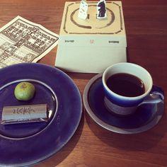 出西窯で購入した物で初お茶️ 以外と藍色の平皿は今まで持っていなかったので活躍しそうですInstagram media by cchan0702 - 出西窯で購入した物で初お茶☕️ 以外と藍色の平皿は今まで持っていなかったので活躍しそうです お菓子はたねやさんの子供の日バージョンのセット。同じ物を実家に持って行って姪っ子と紙相撲をして盛り上がりました。 #sweet #たねや#おやつ#出西窯#紙相撲