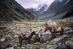 Deux hommes au milieu des montagnes. Cachemire, 1988.  Photo Steeve McCurry