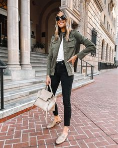 Utility Jacket Outfit, Green Utility Jacket, Leather Jacket Outfits, Green Jacket, Womens Ripped Jeans, Ripped Jeans Outfit, Celine Belt, Neue Outfits, Work Outfits