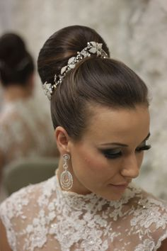 In this moment, I like to share about 15 Beautiful High Bun Wedding Updo Hairstyles. Therefore, a lot of beautiful updo hairstyle that you can copy. High Bun Hairstyles, Sleek Hairstyles, Box Braids Hairstyles, Bride Hairstyles, Updo Hairstyle, Hairstyle Ideas, Hair Comb Wedding, Wedding Hair And Makeup, Wedding Updo