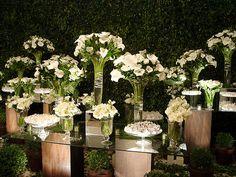 Copos de leite. Wedding Arrangements, Floral Arrangements, Wedding Designs, Wedding Styles, Flower Decorations, Wedding Decorations, Anniversary Decorations, April Wedding, Calla Lily