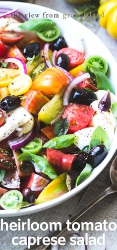 Heirloom Tomato Caprese Salad with Kalamata Olive Vinaigrette ~ this juicy salad with fresh mozzarella, basil & tangy Kalamata is what summer is ALL about. Ensalada Caprese, Caprese Salat, Tomato Caprese, Caprese Salad Recipe, Tomato Salad, Heirloom Tomatoes, Cheap Clean Eating, Clean Eating Snacks, Gastronomia