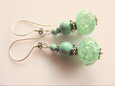Oorbellen Marlise bergkristal mintgroene rondel crackle met swarovski parels in de tint jade