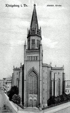 Die erste Altstädtische Kirche stand auf dem Kaiser-Wilhelm-Platz. Sie wurde 1826 wegen Baufälligkeit abgerissen. Die drei Glocken stammten aus den Jahren 1469, 1622 und 1711 und waren damit die ältesten Kirchenglocken des Landes. 1895 erhielt die Kirche eine neue Orgel. Die Altstädtische Kirche erlitt bei den Luftangriffen auf und der Schlacht um Königsberg erhebliche Schäden und wurde nicht wieder aufgebaut. Ansichtskarte ca. 1905, aus der Sammlung von André Gebler, Dresden.