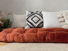 Daybed Mattress, Mattress On Floor, Diy Home Interior, Japanese Futon, Zen, Sofa Bench, Cool Gadgets To Buy, Toddler Blanket, Floor Seating