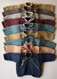 Una gran variedad de suéters para bebé.