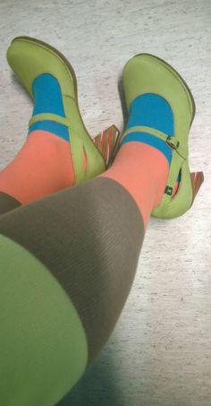 Samat keväisen vihreät monivärikorolliset kengät värikkäämmin.