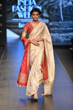Naturally Anuradha at Lotus Make-Up India Fashion Week spring/summer 2020 Ethnic Sarees, Indian Sarees, Saree Blouse Neck Designs, Blouse Designs, Indian Attire, Indian Wear, Indian Dresses, Indian Outfits, Bangladeshi Saree
