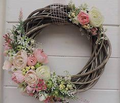 Clarah / Jarný veniec na prútenom podklade Willow Wreath, Grapevine Wreath, Diy Flowers, Flower Decorations, Wreath Crafts, Arte Floral, Wall Pockets, Easter Bunny, Grape Vines