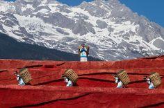 Представители народа наси с корзинами, город Лицзян, Китай