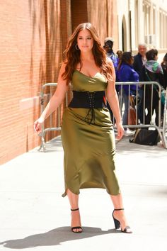 Ashley Graham Wears 1 Trustworthy Corset Over 3 Different Dresses Ashley Graham Wears 1 Trustworthy Corset Over 3 Different Dresses Curvy Girl Fashion, Plus Size Fashion, Petite Fashion, Curvy Outfits, Plus Size Outfits, Ashley Graham Style, Ashley Graham Outfits, How To Wear Belts, Xl Mode