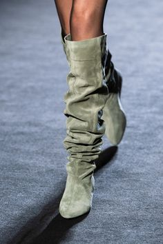 Rag & Bone at New York Fashion Week Fall & Bone at New York Fashion Week Fall 2020 - Details Runway Photos Boots for Women - Face the Breeze and Weather with Attraction Women's boots : Wi. New York Fashion, Fashion Week, Runway Fashion, Trendy Fashion, Fall Fashion, 7 Workout, Shoe Boots, Shoes Heels, Flat Shoes