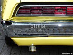 Rotes Rücklicht eines knallgelben amerikanischen Ford Gran Torino Coupé der Siebziger Jahre beim Oldtimertreffen in Wettenberg Krofdorf-Gleiberg bei Gießen in Hessen