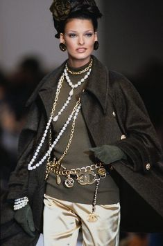 Linda Evangelista for Chanel automne-hiver Chanel Couture, Chanel Runway, Chanel Fashion Show, 90s Fashion, Vintage Fashion, Womens Fashion, Fashion Trends, Fashion Weeks, London Fashion