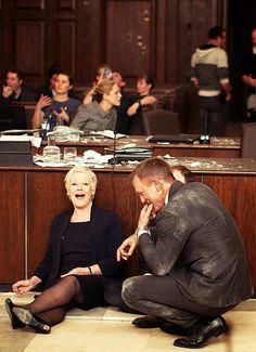 Bond & M behind the scenes Daniel Craig Judi Dench 007 Skyfall courtroom scene Daniel Craig James Bond, Daniel Craig Skyfall, James 3, Bond Girls, Maggie Smith, Estilo James Bond, Seven Movie, Cinema Tv, Best Bond
