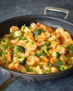 Sweet & Sour Shrimp With Broccoli is a healthier version of the Chinese restaurant-style dish. These sweet and sour shrimp with broccoli is one of the easiest (and tastiest) dishes you can cook. Fish Recipes, Seafood Recipes, Asian Recipes, Cooking Recipes, Healthy Recipes, Cooking Games, Clean Eating Snacks, Healthy Eating, Shrimp And Broccoli