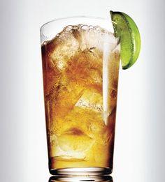 Tovarich Ingredientes: 1 1/2 onza de vodka 1/2 onza de Kümmel 1/2 onza de jugo de lima Cáscaras de lima. http://www.cocinaland.com/31-cocteles-para-despedir-el-ano/