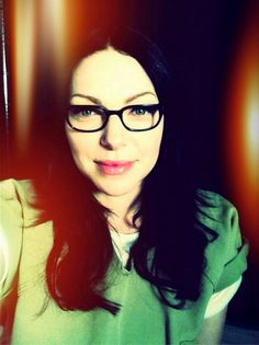 Those glasses, girl!!!!! Hmmmm laura prepon - oitnb season 2 behind the scenes