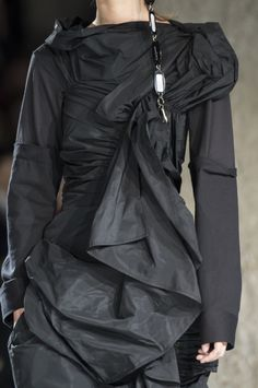 Yohji Yamamoto at Paris Fashion Week Fall 2017 - Details Runway Photos Vogue Fashion, Dark Fashion, Autumn Fashion, Japanese Fashion Designers, Inspiration Mode, Yohji Yamamoto, Fashion Books, Fashion Details, Coats For Women