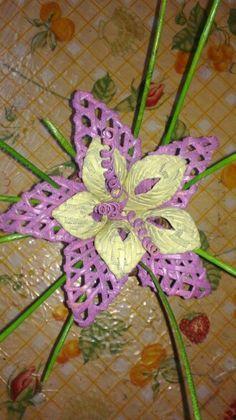 Kvet Newspaper Flowers, Newspaper Basket, Newspaper Crafts, Corn Dolly, Weaving Designs, Arte Popular, Cardboard Crafts, Weaving Art, All Craft