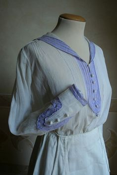 White blouse with purple trim, and white cotton skirt. 1918 Fashion, 20s Fashion, Fashion Now, Fashion History, Korean Fashion, Fashion Dresses, Winter Fashion, Womens Fashion, Edwardian Dress