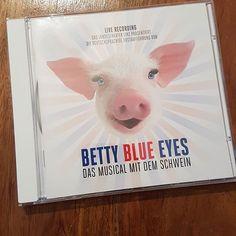 """Ich glaub (m)ein Schwein pfeift   Gestern hat uns die CD von """"Betty Blue Eyes"""" erreicht (einen Dank an das @landestheaterlinz!  Nun heißt es reinhören und Rezension schreiben. Die kann man dann demnächst auf unserer Webseite lesen. . . . .  #buehnennetzwerk #cd #review #reviewing #reviews #linz #landestheaterlinz #bettyblueeyes #pig #piggy #blue #betty #music #musik #musical #theater #media #austria"""