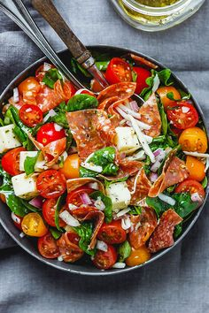 Spinach Salad with Mozzarella, Tomato & Pepperoni - Healthy and delicious, this spinach salad is so simple and perfect for a quick lunch. healthy recipes Spinach Salad with Mozzarella, Tomato & Pepperoni Paleo Recipes, Gourmet Recipes, Dinner Recipes, Cooking Recipes, Cooking Ham, Cooking Pumpkin, Cheap Recipes, Drink Recipes, Snack Recipes