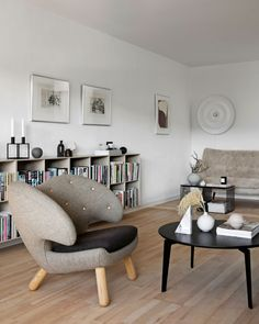 Living rooms doesnt always need colours all over to look amazing. This living room in grey and beige tones is minimalist Classic Living Room, Classic Sofa, Alvar Aalto, Living Room Sofa, Living Rooms, Grey And Beige, Scandinavian Home, Bean Bag Chair, Color Schemes