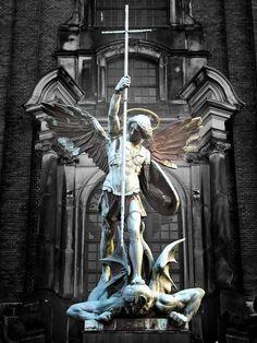 悪魔の頭を踏みつけ、とどめに突き立てる十字架を天高々と掲げた聖ミカエルの崇高な勇姿。ハンブルク聖ミヒャエル教会の「尖塔」に飾られることで、『ヨハネの黙示録』に記される「天の戦争」で悪魔が地に投げ落とされる様子が臨場感豊かに立ち現れる。