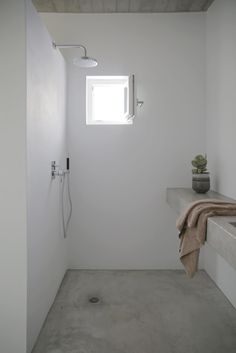 Walk-in shower. Maison Kamari by React Architects. © Damien De Medeiros.