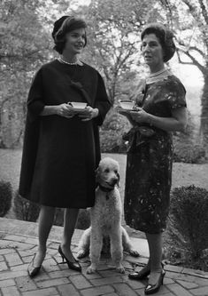Jackie Kennedy with her mother discussing the fab time they had at the Poodle Peace Parade. Mr Poodle is a cousin to my sweet boy, Hermoso. Jacqueline Kennedy Onassis, John Kennedy, Les Kennedy, Jaqueline Kennedy, Caroline Kennedy, Dog Life, Famous People, Style Icons, Lady