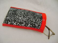 Porta óculos e/ou porta celular, feito em tecido 100% algodão e forrado com pelúcia. Mede aproximadamente 17cm de altura e 11cm de largura. R$ 10,00