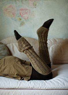 """Die Beinstulpen sind aus extra softer, hochwertiger Babyalpakawolle gearbeitet und wärmen nicht nur """"outdoor"""". Auch bei einer gemütliche Lesestunde auf dem Sofa möchte man sie nicht mehr ausziehen. Größe: 21-25 cm Umfang und ca. 59 cm lang Anleitung Beinstulpen aus … mehr"""
