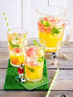 Erfrischend: Um die Gemüter während des Spiels abzukühlen, genehmigen wir uns erstmal ein Glas süffige Melonen-Bowle. Cheers!