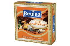 """QUEIJO CAMEMBERT. De origem francesa, da região da Normandia, o Camembert é um queijo de presença crescente no Brasil. Sua produção é feita a partir de pequenos volumes de leite com cuidados bastante artesanais. Como o Brie, o queijo Camembert está no ponto ideal para ser consumido entre 25 e 40 dias após sua fabricação. Sua massa interna estará então cremosa, com """"coração"""" e sua casca terá a aparência lisa e aveludada do mofo branco que o caracteriza."""