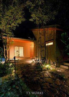 ライトアップで誘うアプローチ|和モダンに雑木の植栽 |LIMIA(リミア) Japanese House, Exterior, Places, Life, Gardening, Lawn And Garden, Outdoor Rooms, Lugares, Horticulture