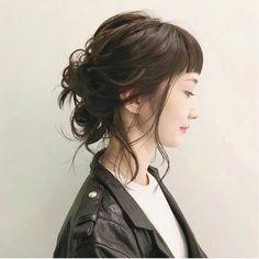 ミディアムぐらいの髪の長さの方は無理に作り込み過ぎず、シンプルに結んで後れ毛などで抜け感をプラスして仕上げたほうがボリュームやシルエットなど全体のバランスが良く好き??(o^^o)