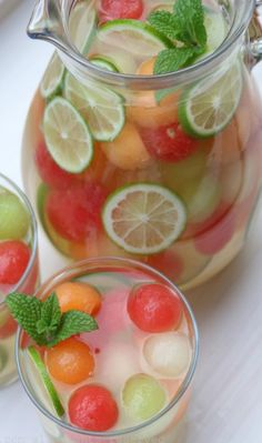 Another Sangria recipe to try! Melon sangria – Summer cocktails – Laylita's Recipes Sangria Recipes, Cocktail Recipes, Summer Drink Recipes, Refreshing Drinks, Fun Drinks, Beverages, Tasty, Yummy Food, Cooking Recipes