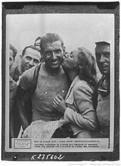 Tour de France 1939, 11e étape Montpellier-Marseille le 22 juillet : vainqueur de l'étape, Fabien Galateau (équipe du Sud-Est) est embrassé par l'actrice Meg Lemonnier [K275602];