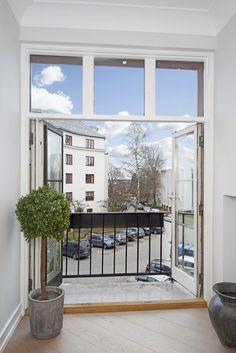 - Nyopppusset i 2015 - Garasje - Vestvendt balkong med utsyn og kveldsol - Fransk balkong med utsikt - To peiser - Gjennomført og lekker leilighet - alt er nytt - 2 soverom - 2 bad/wc - Gjestewc