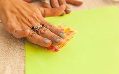 Pressione contra a folha sulfite colorida, com leveza. Se você colocar muita força, a tinta pode 'escorrer' e estragar o carimbo. Foto: Edu Cesar