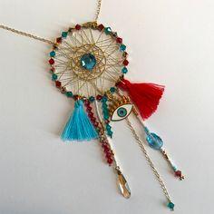 Sautoir DIY facile style ethnique d'une attrape-rêves avec une breloque d'œil, des pompons et des cristaux Swarovski