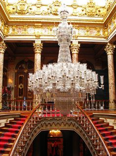 Royal staircase with a massive Baccarat crystal chandelier inside Dolmabahçe Palace, Istanbul, Turkey Palace Interior, Luxury Interior, Apartment Interior, Interior Design, Modern Interior, Carpet Stairs, Kirchen, Picture Design, Amazing Architecture