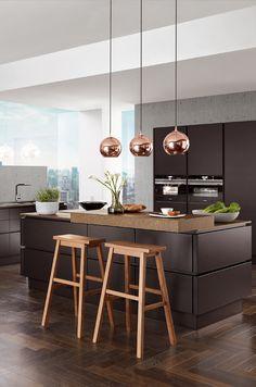 Kücheninsel mit Kupferlampen