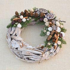 Drevený vianočný veniec v prírodných farbách, bohato zdobený na jednej strane. Použila som živú neopadavú jedličku (Abies nobilis), halúzky so šiškami smrekovca, exotické ... Christmas Holidays, Christmas Wreaths, Merry Christmas, Christmas Decorations, Xmas, Pergola Garden, Grapevine Wreath, Fillet Crochet, Floral Wreath