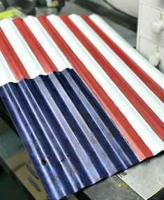 When I found this corrugated metal piece at the craft fair I thought of a flag right away. The hills and valleys in this metal piece would be perfect for flag s… Metal American Flag, Metal Flag, American Flag Pallet, Metal Art, Patriotic Crafts, July Crafts, Americana Crafts, Mother Daughter Projects, Corrugated Tin