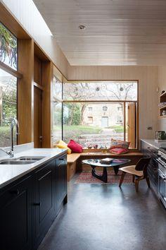 Le studio NOJI Architects basé à Dublin, Irlande, signe l'extension « Brique Addition ». La maison était déconnectée du jardin et la cuisine se situait dans la cave ave…
