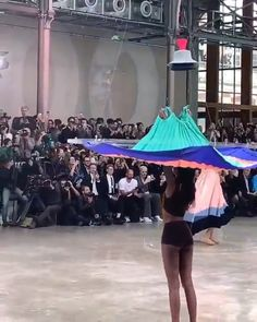 Issey Miyake Spring 2020 Issey Miyake uses drones to dress models for spring Paris Fashion Week presentation Weird Fashion, Look Fashion, High Fashion, Fashion Show, Fashion Outfits, Fashion Tips, Fashion Details, Fashion Week Paris, Fashion 2020